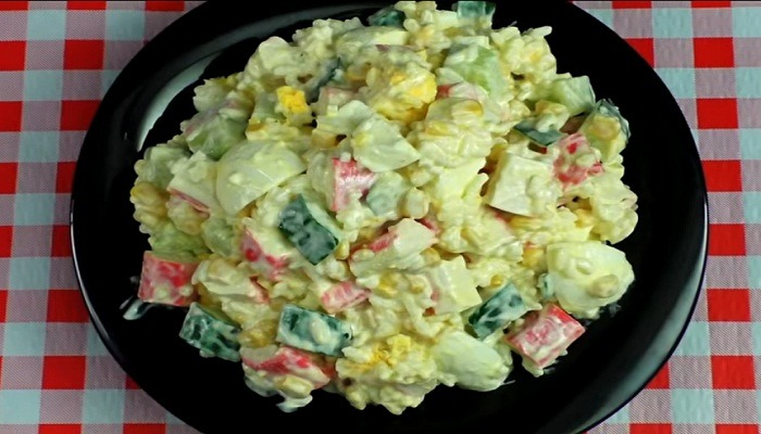 салат готовый из крабовых палочек