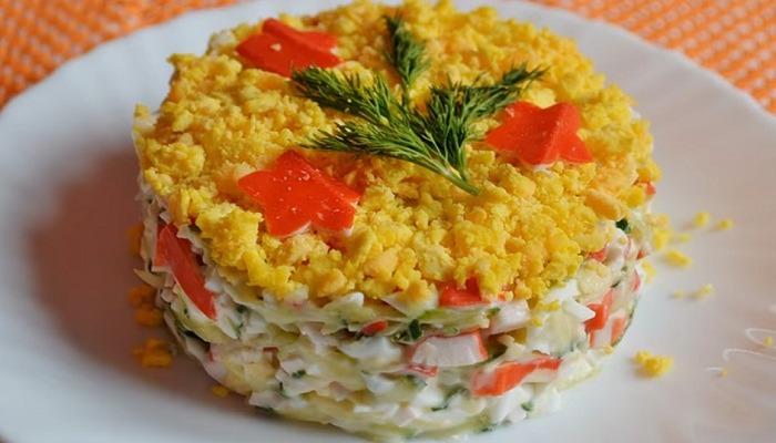 готовый салат с крабовыми палочками