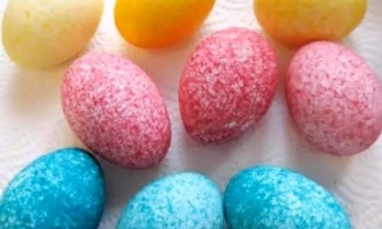 дать обсохнуть крашенным яйцам