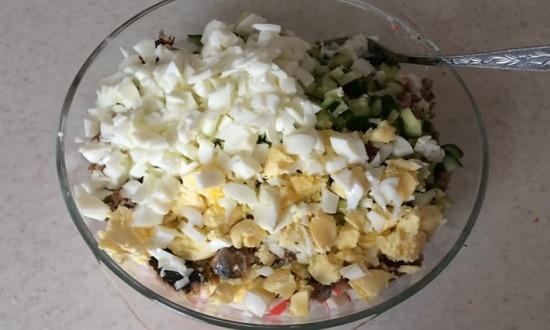 яйцо измельчить в салат