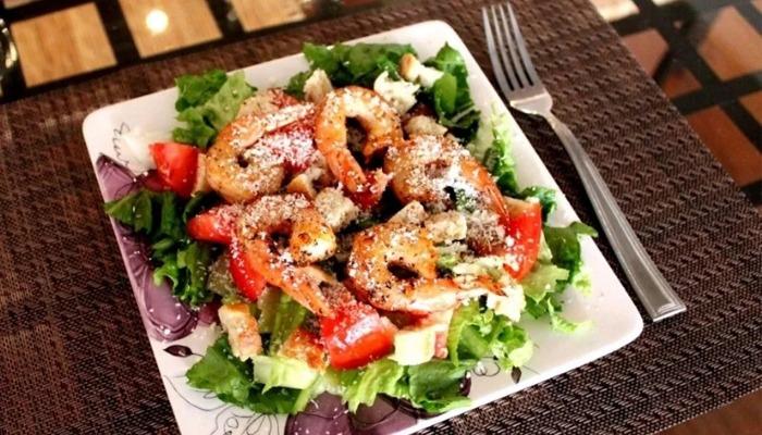 """Очень вкусные и простые рецепты салата """"Цезарь"""" с креветками"""