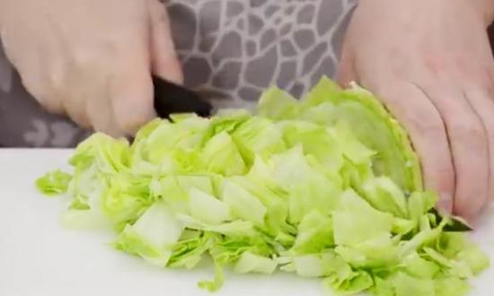 Нарезать листья салата