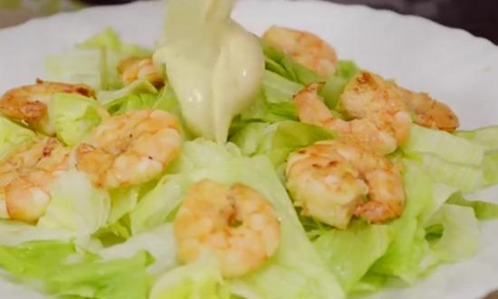 разложить салат на тарелку