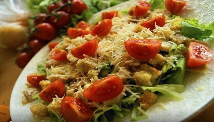 """Салат """"Цезарь"""" с курицей и сухариками. Простые рецепты для приготовления в домашних условиях"""