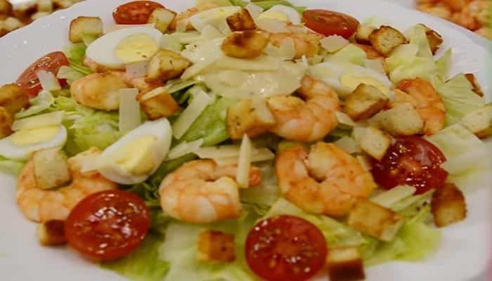 готовый салат Цезарь с обжаренными креветками