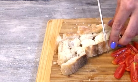 хлеб нарезать на сухари
