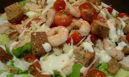 выложить салат на блюдо