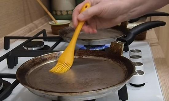 смазать и нагреть сковороду