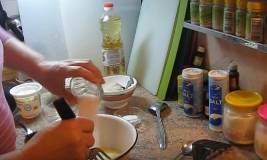 смешиваем яйца, соль, сахар