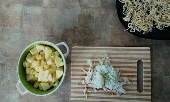 нарезаем картошку и лук