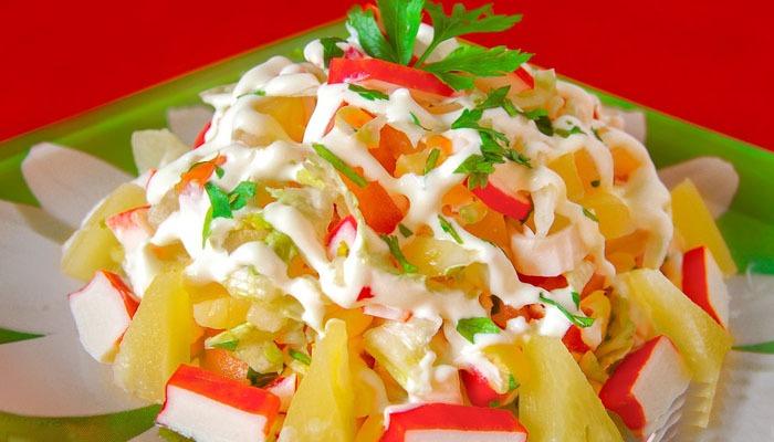 салат с крабовыми палочками и ананасами