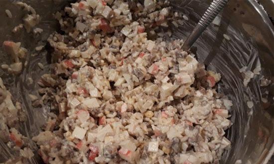 Салат с крабовыми палочками и кукурузой. Классический рецепт с огурцом