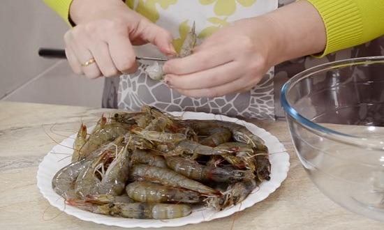 очистить креветки