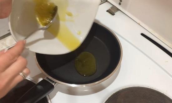 масло в сковороду