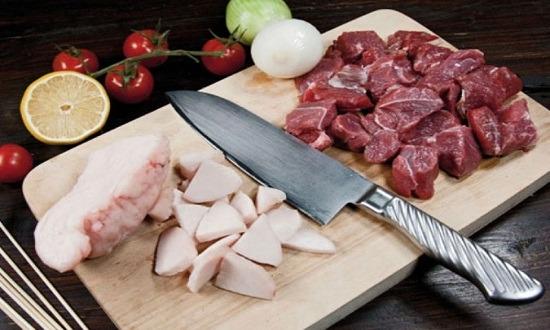 нарезать сало, мясо