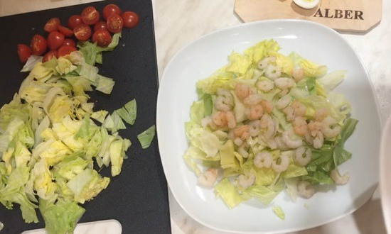 кусочки салата, креветки
