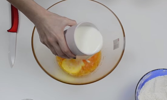 добавить молока и муки