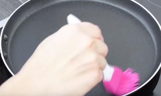смазать сковородку