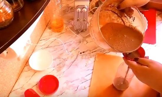 наливаем шоколадное тесто в бутылку