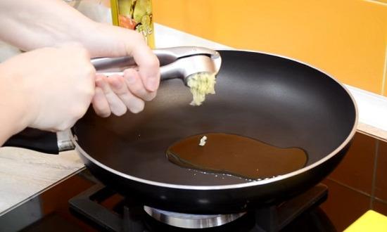 чеснок в сковороду