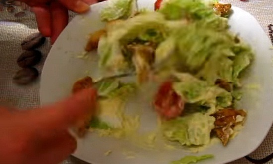 перемешать салат