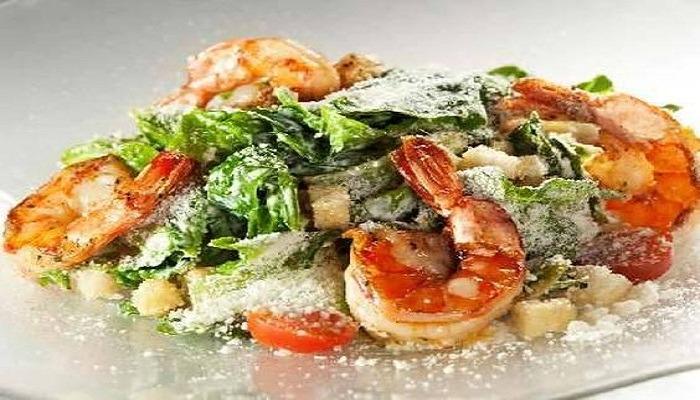 салат Цезарь с креветками готовый