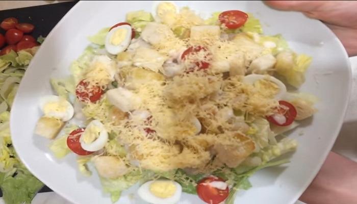 готовый салат Цезарь с креветками