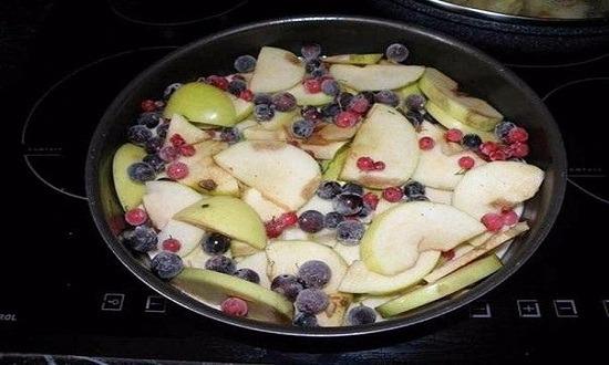 выложить яблоки, ягоды
