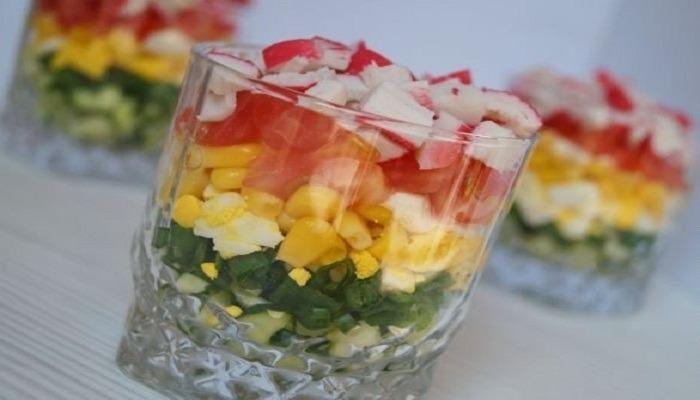 Салаты с крабовыми палочками, огурцом, яйцом и помидорами - 4 интересных рецепта