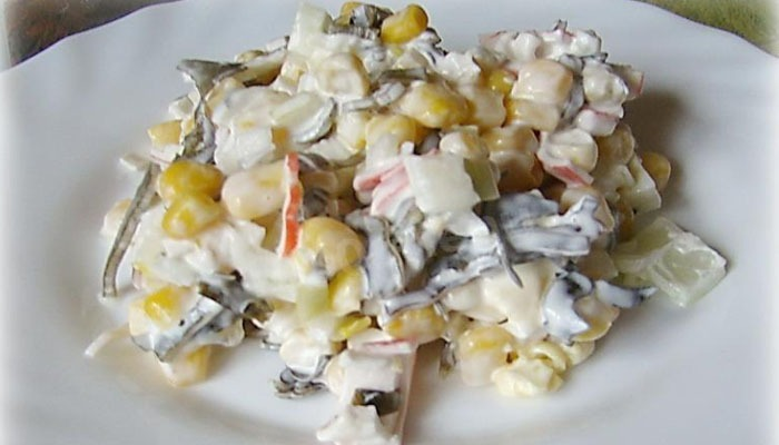 Салат с морепродуктами, рисом и кукурузой