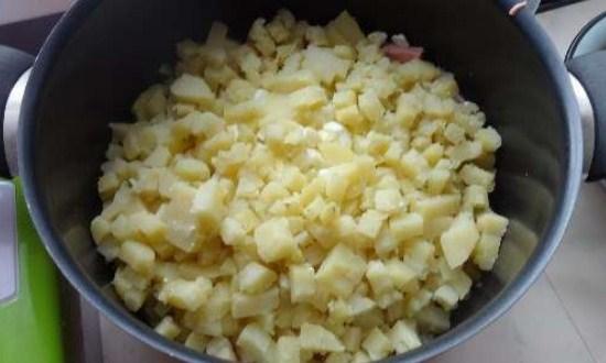 отварить и нарезать картофель