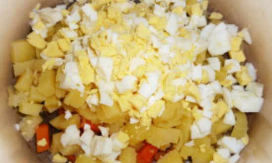 нарезать картофель, яйца и морковь