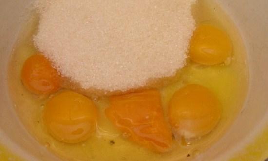 соединить яйца с сахаром
