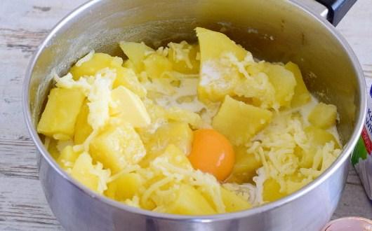 слить воду, добавить сыр и яйцо