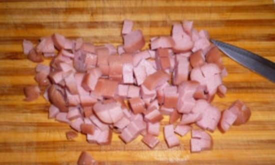 очистить и нарезать сосиски