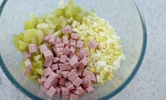 добавить нарезанную колбасу
