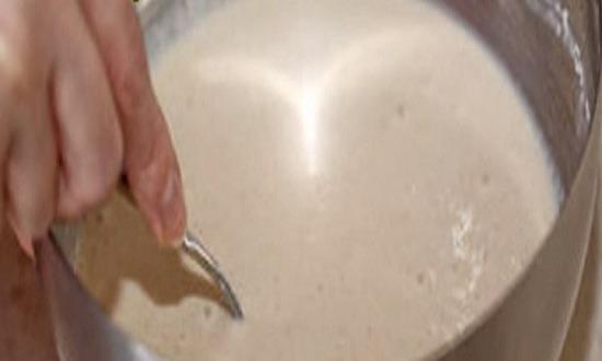 влить яично - молочную смесь