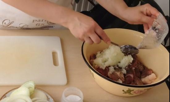 добавить в ёмкость луковое пюре