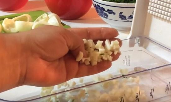 изрезать огурцы