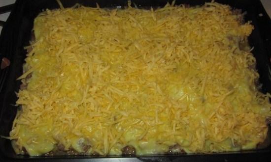 накрыть начинку картофелем и сыром