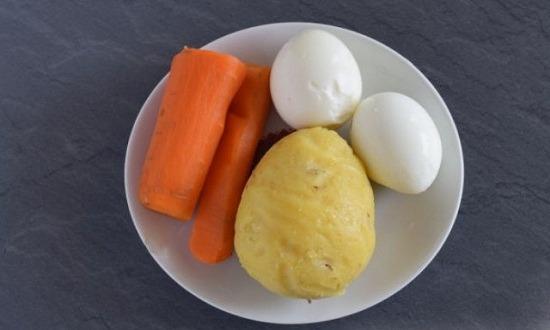 отварить овощи, яйца