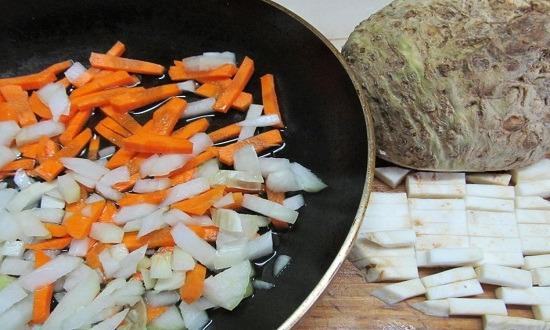 обжарить лук, морковь, сельдерей