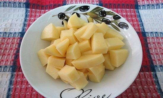 очистить, нарезать картофель