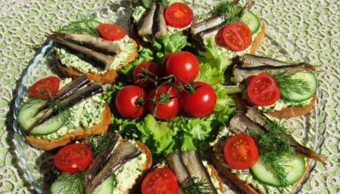Бутерброды со шпротами, свежим огурцом, помидорами и яйцами