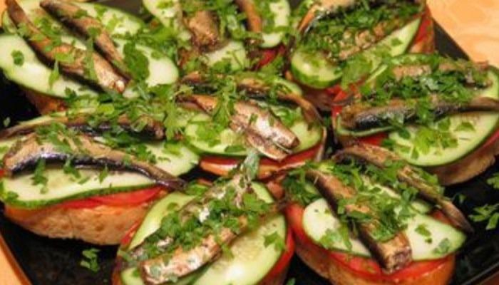 Бутерброды со шпротами, помидорами и свежим огурцом