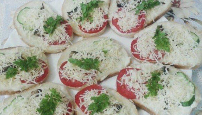 Бутерброды со шпротами, помидором, огурцом и сыром