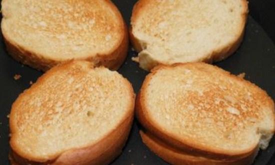 обжарить хлебные ломтики