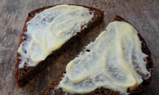 смазать чёрный хлеб майонезом