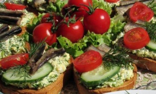 разложить овощи и шпроты