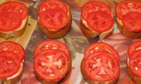 разложить нарезанный томат